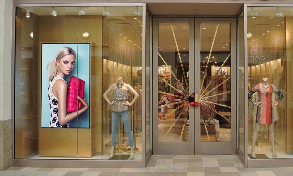 Monitor en el escaparate de una tienda de ropa